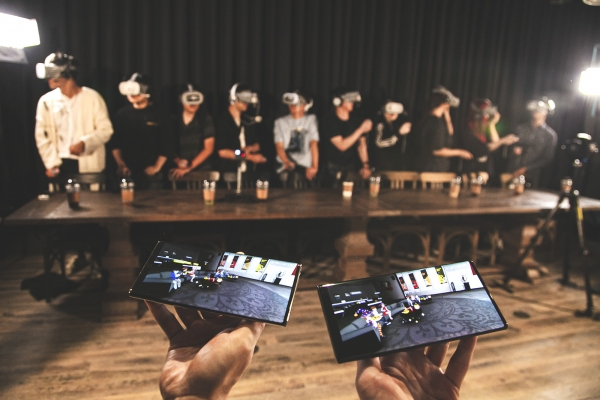 SK텔레콤 '점프 AR·VR' 앱이 설치 70만 건을 돌파했다. 지난 8일 서울 종로구 롤파크에서 점프 AR · VR 이용고객을 대상으로 투어 행사를 개최했다. T1선수단과 점프 AR·VR 이용 고객들이 '소셜 VR' 기술 체험을 하는 모습. [SK텔레콤 제공]