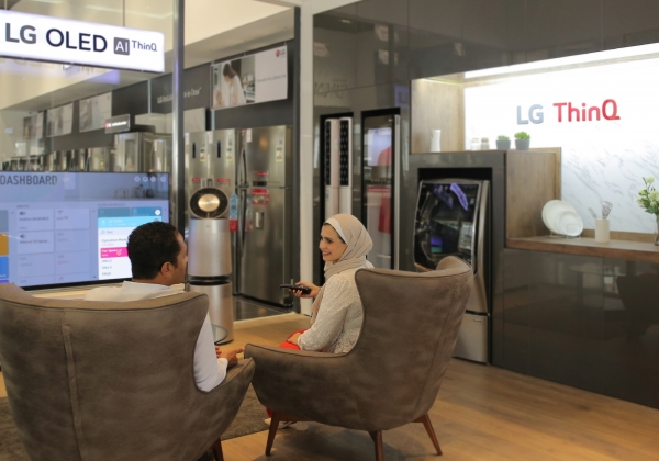 LG전자 직원이 'LG 씽큐 체험존에서 보다 인공지능 가전을 경험하고 있다. [LG전자 제공]